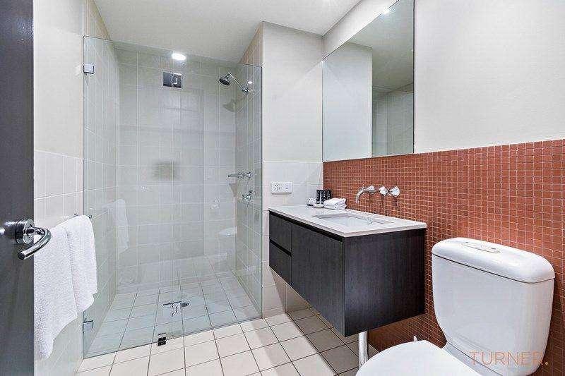 Phòng tắm vòi hoa sen, đầy đủ tủ kệ