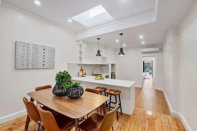 Tiến vào sâu hơn là khu bếp và ăn uống tách biệt với phòng khách