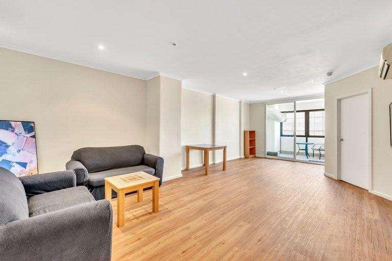 Phòng khách rộng rãi, sàn và tường đều mới