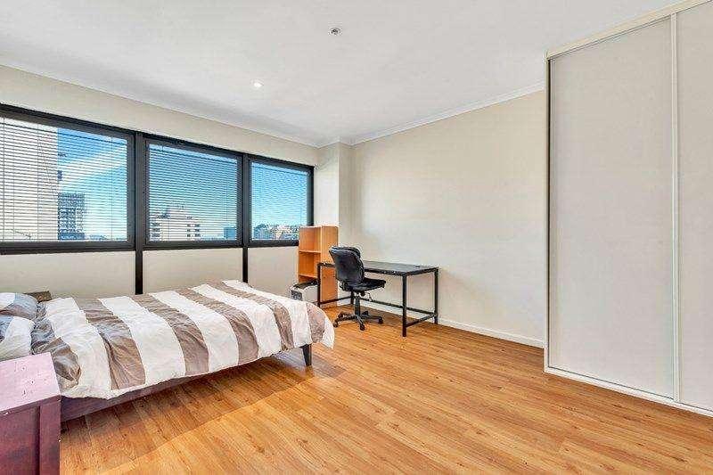 Phòng ngủ rộng rãi được trang bị tủ quần áo âm tường