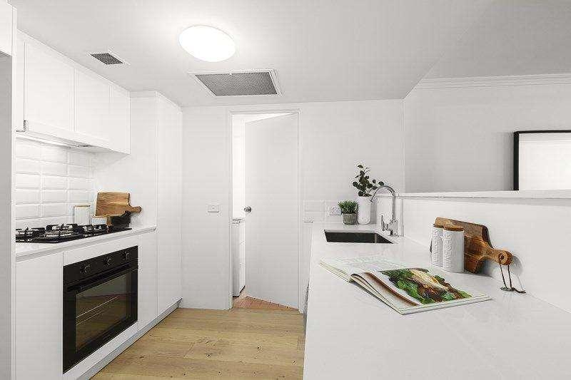 Bếp mới trang bị đầy đủ thiết bị, bàn bếp dài phân chia không gian với phòng khách