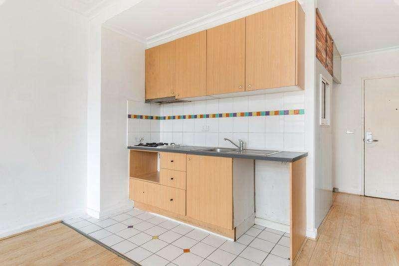 Không gian bếp nhỏ xinh chung không gian với phòng khách