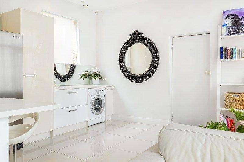 Khu vực giặt là xếp gọn ở một góc phòng khách