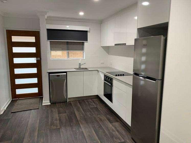 Nhà bếp tông trắng hiện đại, đầy đủ ánh sáng, nội thất chất lượng