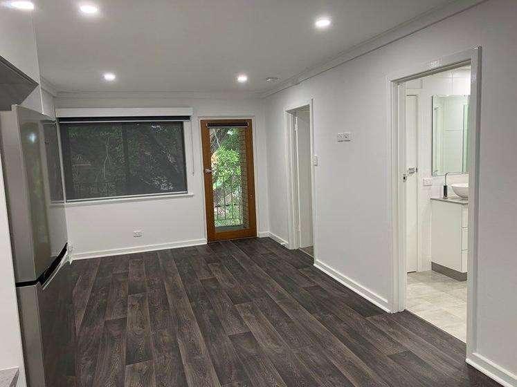 Nhà lát sàn gỗ, cửa sổ rộng có rèm kéo riêng tư