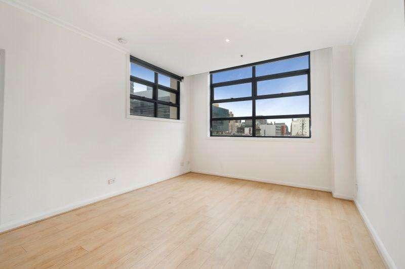 Phòng khách chung cư rộng với cửa sổ thoáng