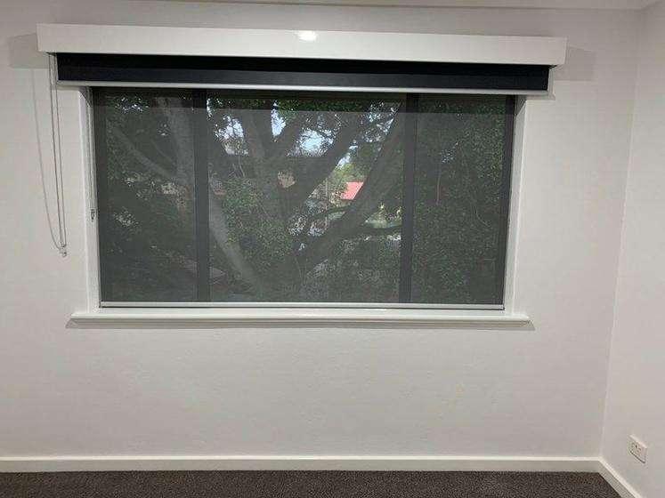 Phòng ngủ cũng có cửa sổ lớn và rèm kéo