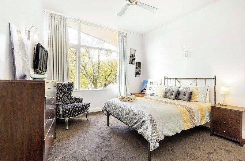 Phòng ngủ rộng rãi có cửa sổ kính lớn thoáng mát