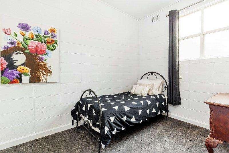 Phòng ngủ thứ hai cũng có cửa sổ nhỏ xinh mang ánh sáng vào phòng