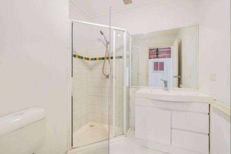Phòng tắm hoa sen tách biệt đủ rộng rãi