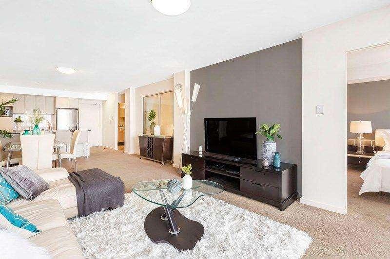 Phòng khách phong cách hiện đại tối giản tông trắng xám