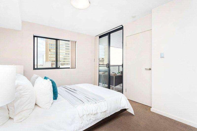Phòng ngủ có lối dẫn ra ban công phòng khách