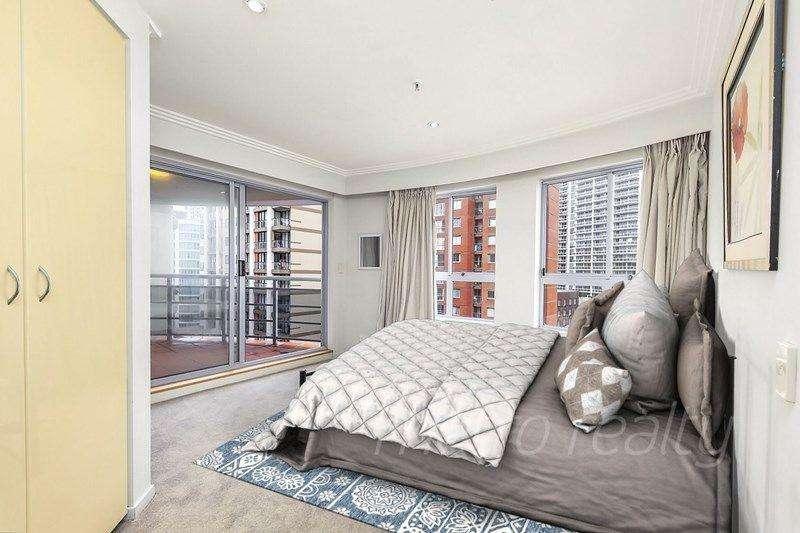 Phòng ngủ thứ hai đầy đủ tiện nghi với ban công riêng tư