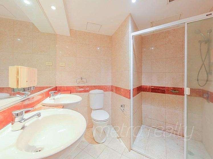 Phòng tắm chính đẹp với bồn rửa bằng đá tự nhiên và vòi hoa sen lớn
