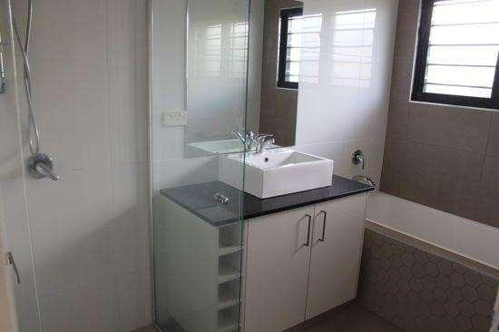 Phòng tắm có bồn tắm và vòi hoa sen