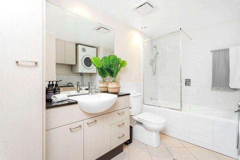 Phòng tắm thứ hai rộng hơn và có bồn tắm