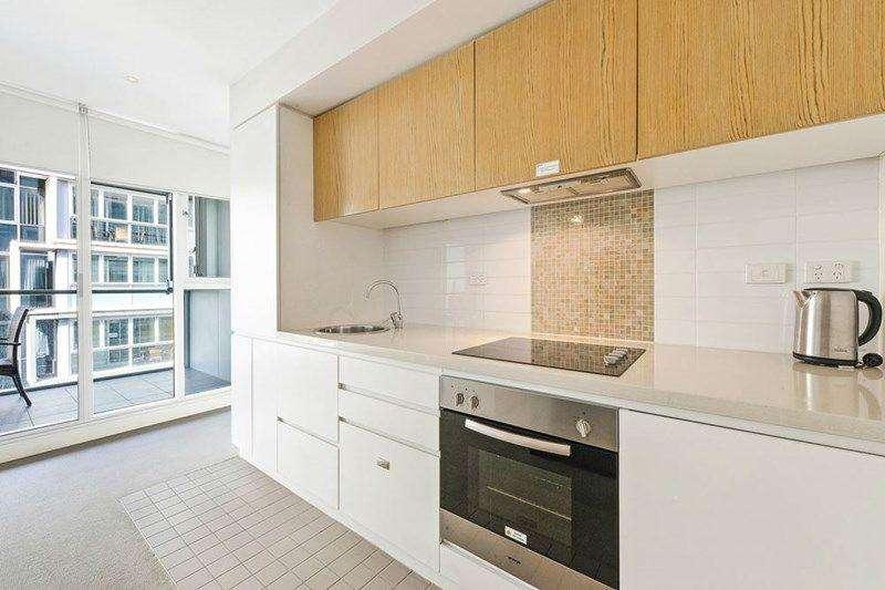Bếp đầy đủ thiết bị cùng tủ bếp lớn