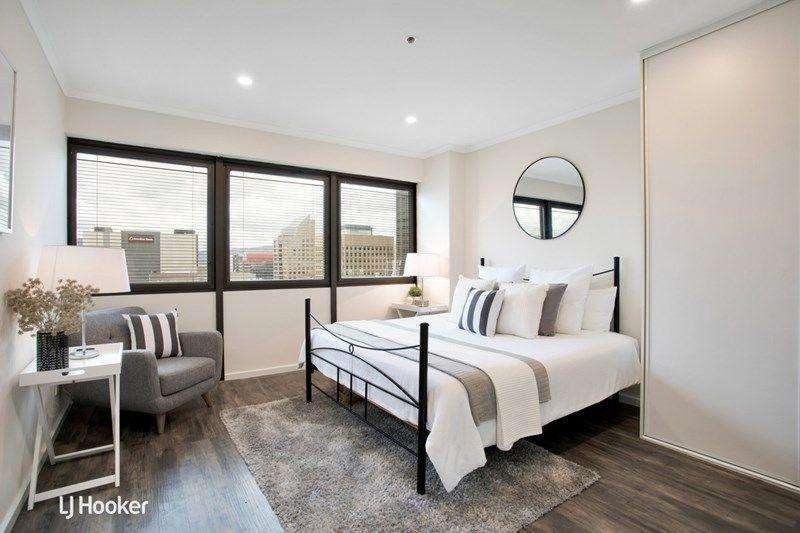Phòng ngủ lớn rộng, thoáng có cửa sổ nhìn ra bên ngoài