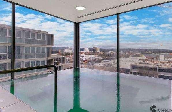Tòa nhà có bể bơi trong nhà view nhìn ra quang cảnh đẹp mắt