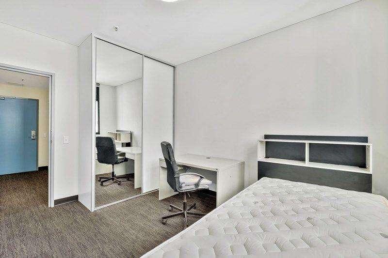 Phòng ngủ đủ rộng, có kết nối với phòng làm việc nhỏ