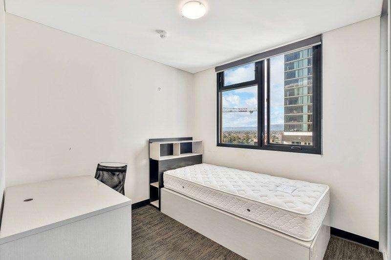 Phòng ngủ thứ 2 của căn hộ cũng khá rộng rãi