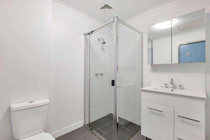Phòng tắm thiết kế trang nhã, trang bị đủ nội thất