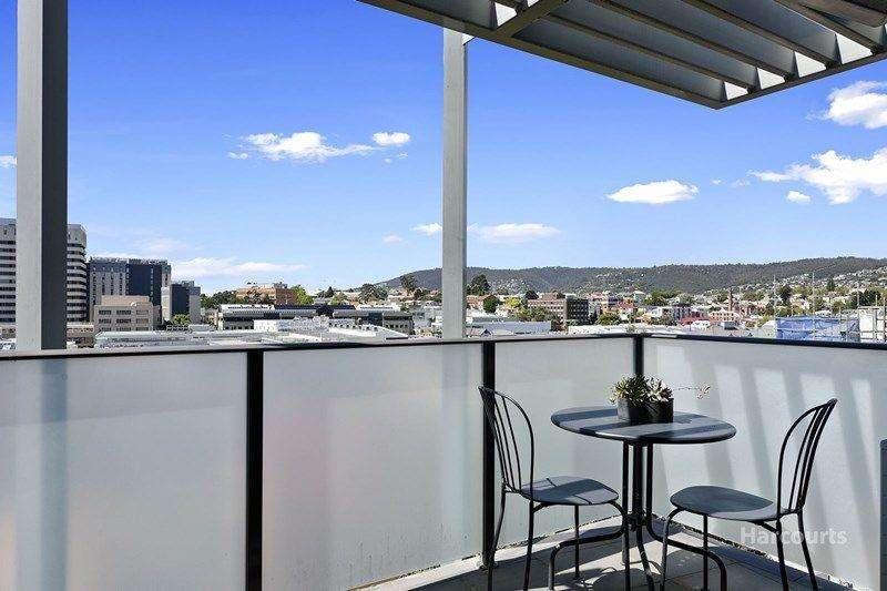 Ban công rộng có thể ngồi ngắm thành phố và ánh nắng ban mai