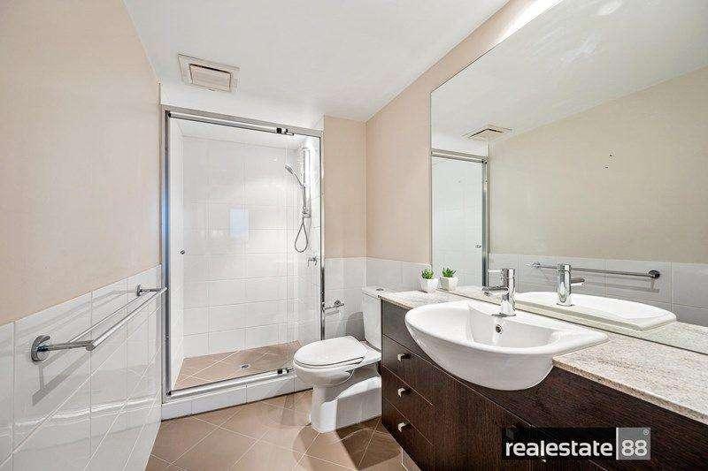 Phòng tắm hiện đại đầy đủ tủ đựng đồ
