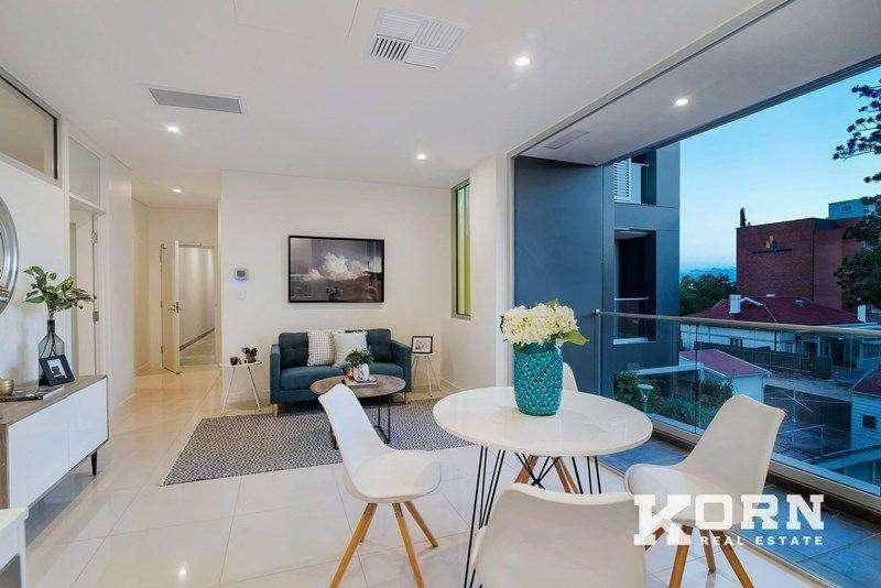 Phòng khách và bếp cùng chung không gian giúp nhà trông rộng rãi hơn