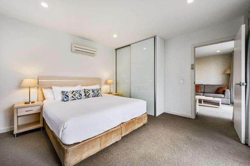 Phòng ngủ lớn rộng rãi thiết kế tối giản