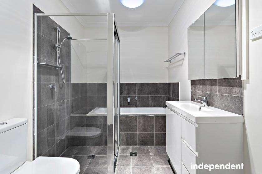 Phòng tắm có đủ bồn tắm và vòi hoa sen