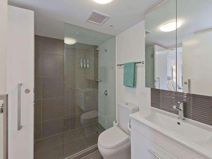 Phòng tắm nhỏ gọn sử dụng vòi tắm hoa sen