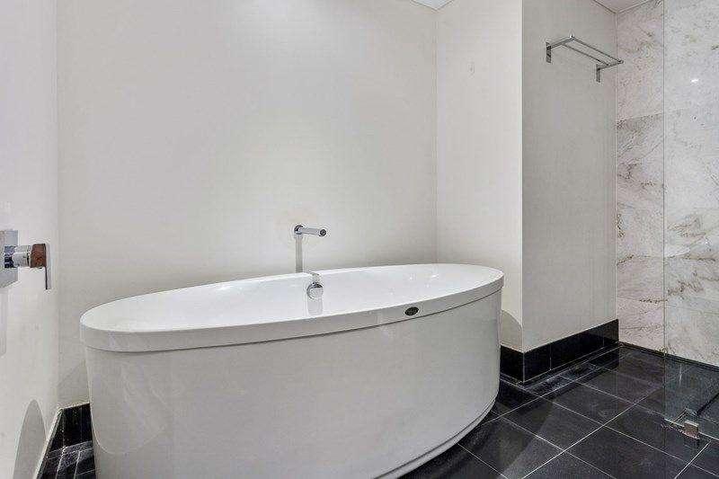 Có bồn tắm lớn thư giãn trong phòng