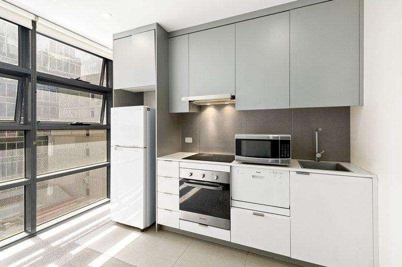Nhà bếp kết hợp bàn đá và các thiết bị chất lượng