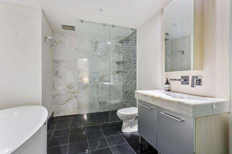 Phòng tắm có thêm vòi tắm hoa sen