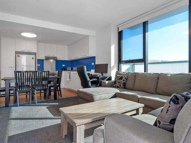 Không gian sinh hoạt chung và bếp của căn hộ chung cư