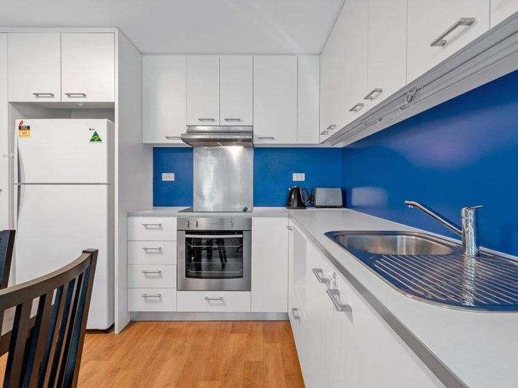 Nhà bếp lớn có nhiều tính năng với các thiết bị và đồ đạc chất lượng