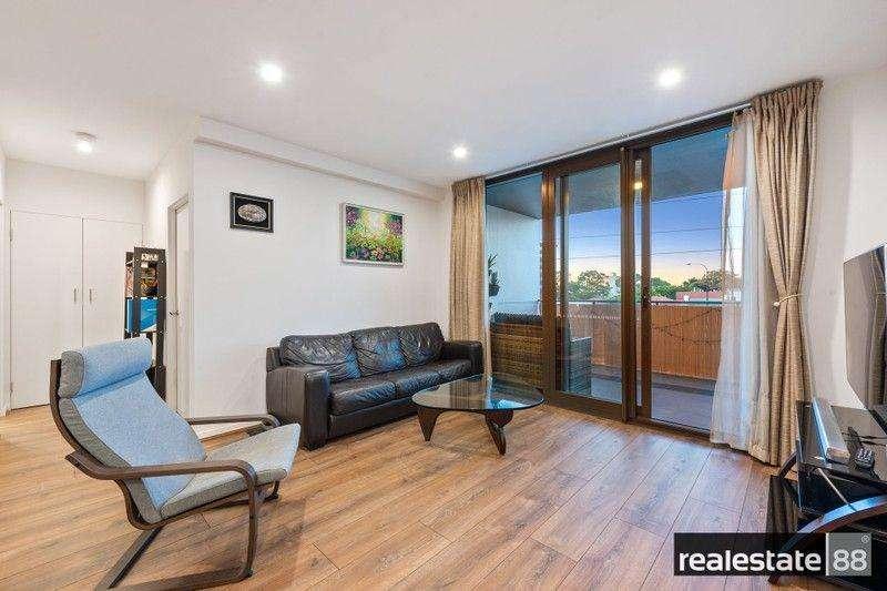 Phòng khách rộng thoáng với cửa kính trượt