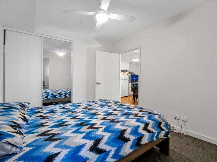 Phòng ngủ có tủ âm tường