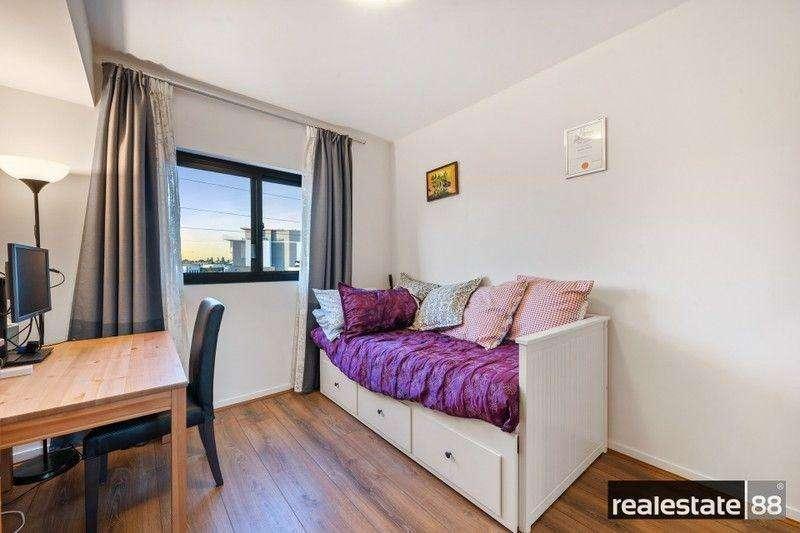 Phòng ngủ thứ 2 được dùng làm phòng làm việc