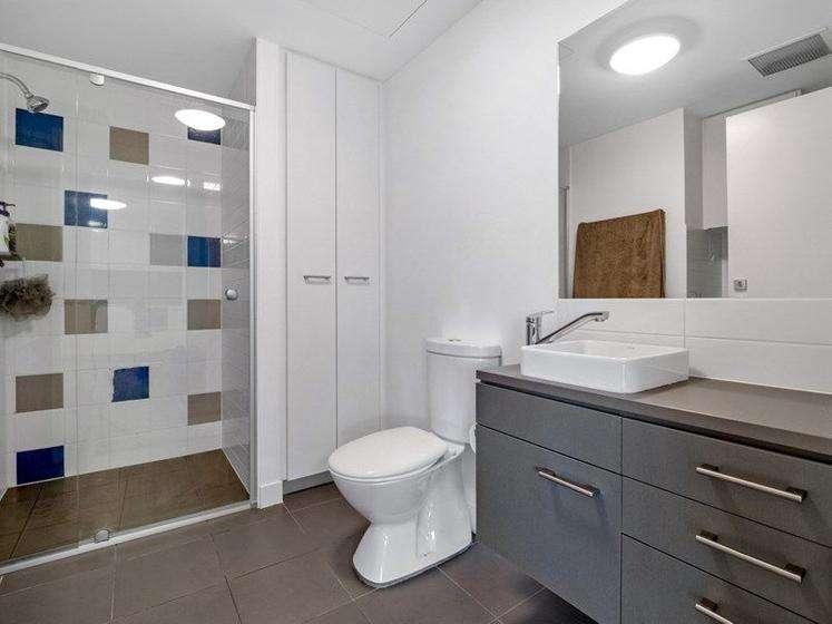 Phòng tắm lớn hiện đại có giặt là