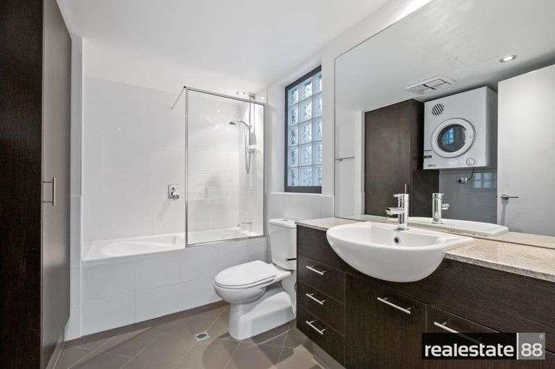 Phòng tắm trong phòng ngủ sử dụng vòi tắm hoa sen